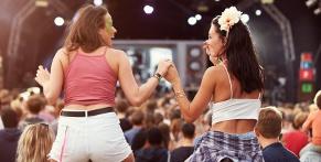 Twee meiden op een festival
