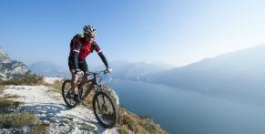 Mountainbiker bij een bergmeer
