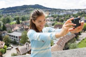 Jonge vrouw maakt een selfie