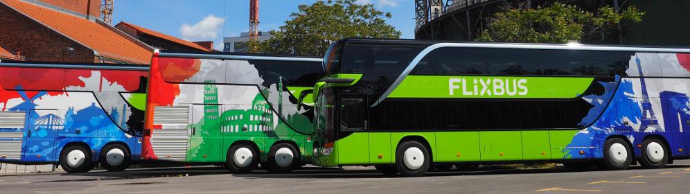 Bussen van FlixBus met internationale branding